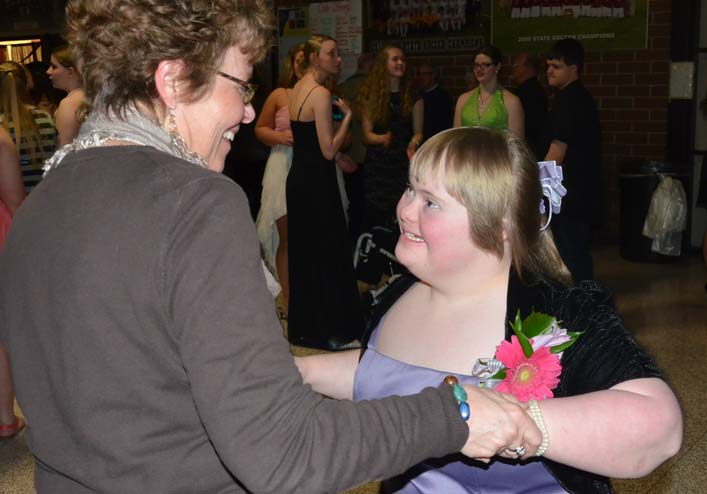 Sophomore+Erin+Gardner+and+her+mom+dance+together+at+prom.