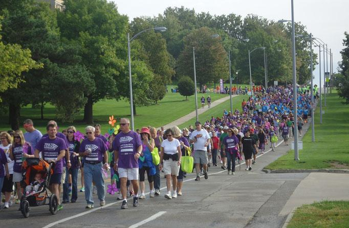The supporters of the fight against Alzheimer's begin the walk. Most wore purple or the color of their team.