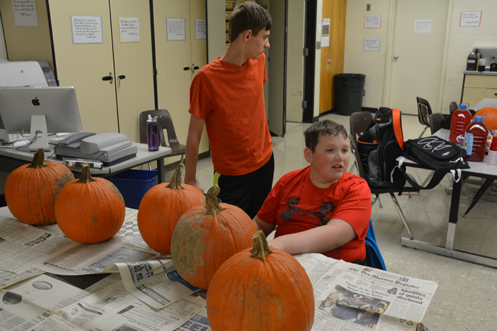Juniors+Jacob+Anderson++and+Jack+Marren+prepare+to+carve+pumpkins.+Art+club+sponsered+the+event+Oct.+21.
