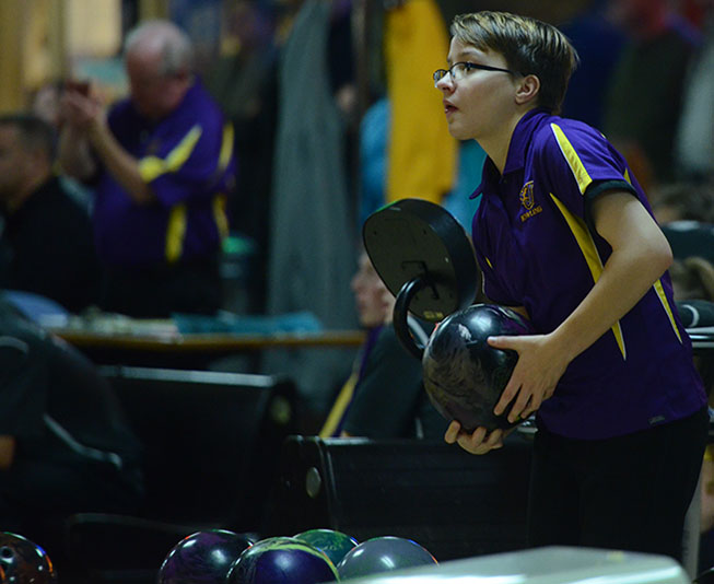 Lexi+Norris+%2717+gets+ready+to+bowl+in+first+meet+of+the+season.+Boys%27+and+girls%27+bowling+went+up+against+Ankeny+Centennial+Dec.+1.