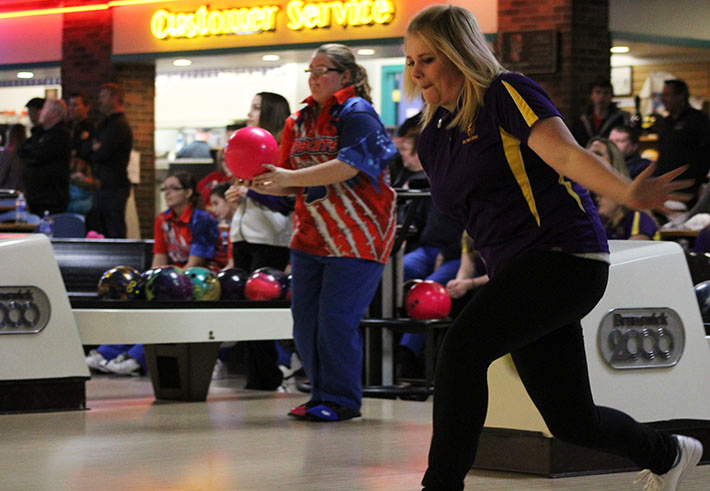 Katie+Hill+%2719+rolls+the+ball+at+the+bowling+meet+against+Des+Moines+North+Jan.+19.