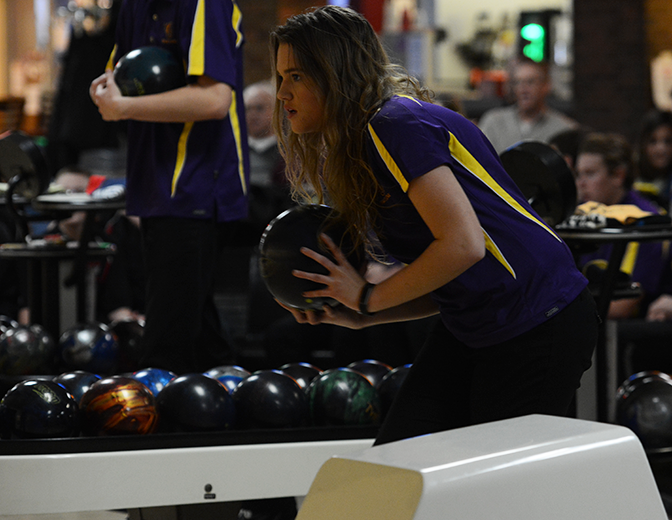 Jessica+Bigelow+%2717+prepares+to+roll+the+ball+in+the+bowling+meet+Jan+31+versus+Mason+City.