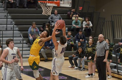 Boys' basketball beats Des Moines Hoover 60-40