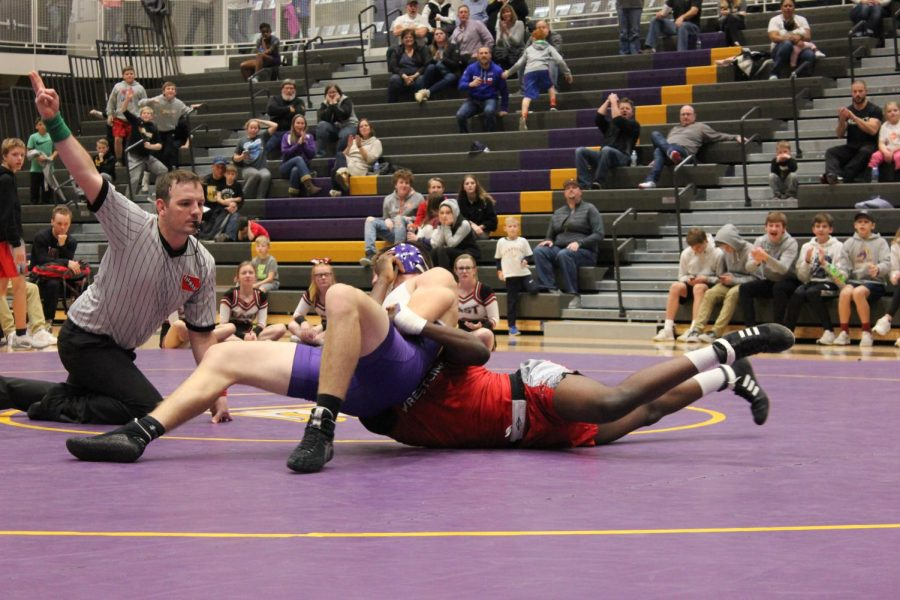 Varsity+Wrestling+Narrowly+Loses+to+Des+Moines+East