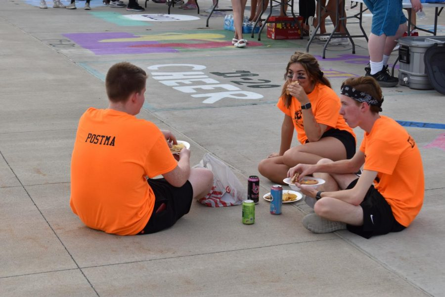 Andrew Postma 20', Emily Chambers 20' and Cole Eichacker 20' have a meal at the Best Buddies Tailgate.